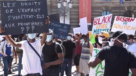 Rassemblement en faveur de migrants présumés mineurs devant le Conseil d'Etat à Paris, le 30 juillet 2020.