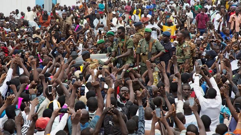 «Il n'y a pas de coup d'Etat» : les militaires qui ont pris le pouvoir acclamés par la foule au Mali