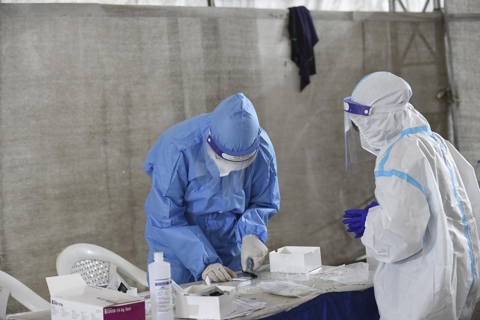 Des scientifiques travaillant sur des tests de dépistage contre le coronavirus.