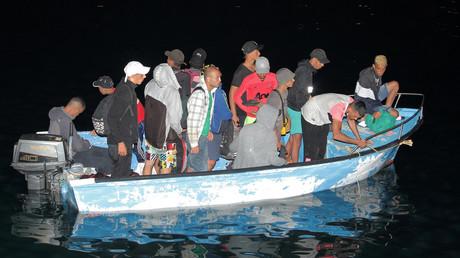 Des migrants sur un bateau à l'approche du quai sur l'île sicilienne de Lampedusa, en Italie, le 24 juillet 2020 (image d'illustration).