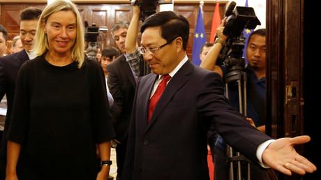 L-ex-haute représentante de l'Union européenne pour les affaires étrangères et la politique de sécurité Federica Mogherini et le vice-Premier ministre et ministre des Affaires étrangères du Vietnam, Pham Binh Minh, à Hanoi, Vietnam, le 5 août 2019 (image d'illustration).