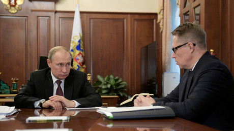 Le président russe Vladimir Poutine écoute le ministre de la Santé Mikhaïl Mourachko lors d'une réunion sur la prévention de la propagation du coronavirus, à Moscou, Russie, le 29 janvier 2020 (image d'illustration).