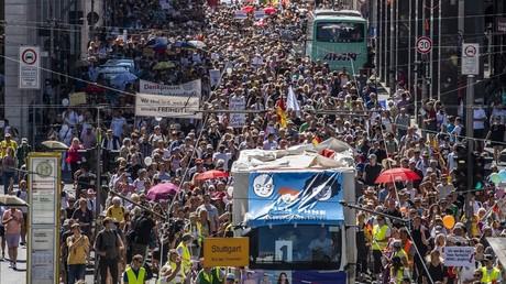 Des personnes manifestent contre les mesures restrictives imposées pour lutter contre la propagation du Covid-19, à Berlin, le 1er août 2020, en Allemagne.