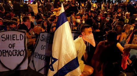 Manifestants contre Benjamin Netanyahou et la gestion de la crise de la maladie à coronavirus (COVID-19), près du domicile du Premier ministre à Jérusalem le 2 août 2020.