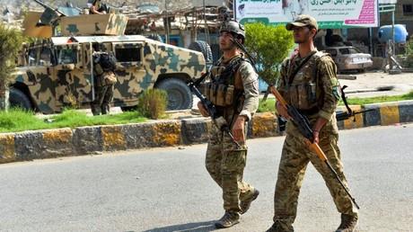 Des soldats patrouillent devant la prison de Jalalabad, le 3 août 2020, en Afghanistan.