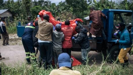 Le corps d'une victime d'une attaque est chargé sur un camion à proximité de Beni en RDC.