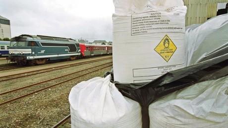 Photo prise le 1ER octobre 2001 d'un hangar ouvert de la SNCF situé à environ 200 mètres de la gare de Saint-Malo, où étaient entreposés 1 200 tonnes d'engrais chimiques, composés de 33% de nitrate d'ammonium, par la Société malouine et granvillaise (SMG, groupe Bolloré)  (image d'illustration).