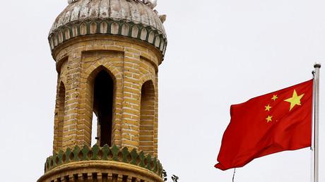 Un drapeau chinois flotte près d'un minaret de Kachgar, dans la région autonome ouïghoure du Xinjiang, en Chine, en septembre 2018 (image d'illustration).
