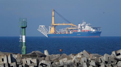 Le navire de pose de canalisations Akademik Cherski appartenant à Gazprom, que la Russie utilise pour achever la construction du gazoduc Nord Stream 2, près du port russe de de Baltiïsk, au bord de  la mer Baltique, région de Kaliningrad, en Russie le 3 mai 2020 (image d'illustration).