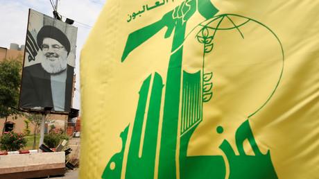 Un drapeau du Hezbollah devant un portrait d'Hassan Nasrallah, le 7 juillet 2020, au Liban (image d'illustration).