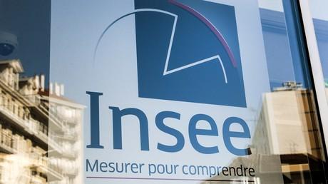 Logo de l'Institut national de la statistiques et des études économiques sur la façade de son siège à Montrouge dans la région parisienne (illustration).