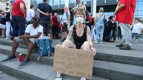 Une manifestante du 16 août à Bruxelles s'interroge sur l'utilité du port du masque.