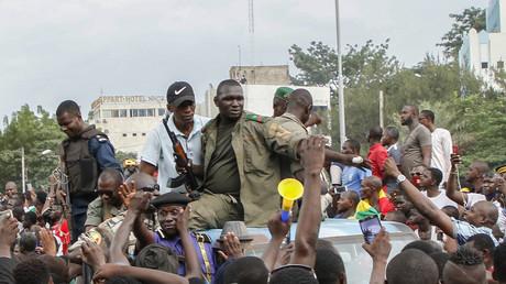 Des soldats maliens arrivent sur la place de l'Indépendance de Bamako, le 18 août 2020.