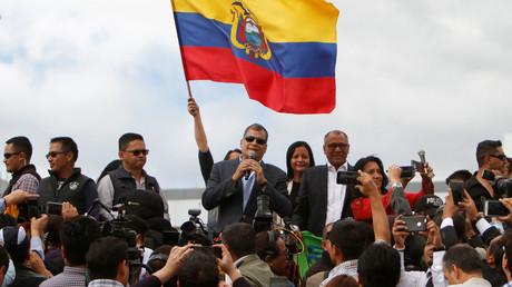 L'ancien président équatorien Rafael Correa s'adresse à ses supporters alors que lui et sa famille s'apprêtent à déménager en Belgique, à l'extérieur de l'aéroport international Mariscal Sucre, à la périphérie de Quito, en Equateur, le 10 juillet 2017.