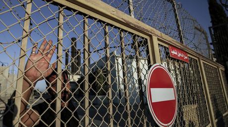 Un Palestinien devant la centrale électrique de Gaza, fermée, le 17 août 2020