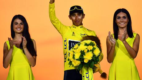 Le Colombien Egan Bernal célèbre son maillot jaune de leader sur le podium de la 21e et dernière étape de la 106e édition de la course cycliste du Tour de France entre Rambouillet et les Champs-Élysées de Paris, à Paris le 28 juillet 2019. (Illustration)