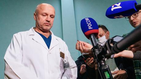 Anatoli Kalinitchenko, vice-directeur de l'hôpital des urgences n°1 d'Omsk, s'adresse  à la presse le 20 août.