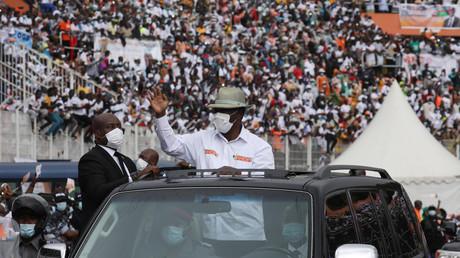 Alassane Ouattara arrivant dans le stade d'Abidjan le 22 août.