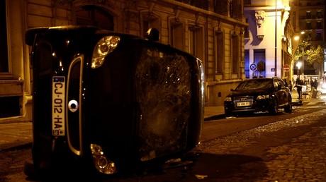 Voiture retournée aux abords des Champs-Elysées à Paris, dans la nuit du 23 au 24 août.