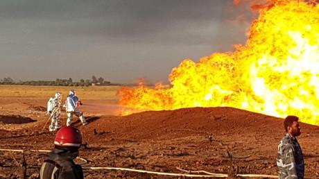 Photographie publiée par l'agence de presse syrienne SANA le 24 août 2020, montrant des pompiers syriens en train d'éteindre un pipeline en feu dans la région de Damas.
