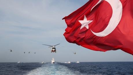 Le drapeau national de la Turquie flotte alors que des soldats turcs participent à un exercice de recherche et de sauvetage militaire avec des hélicoptères et des navires près de Magosa, à Chypre, le 12 juin 2019 (image d'illustration).