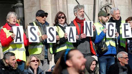 Des manifestants tiennent des pancartes exigeant la libération du fondateur de Wikileaks Julian Assange devant l'Opéra Garnier lors d'une manifestation à l'Assemblée nationale à Paris, France, le 17 février 2020 (image d'illustration).