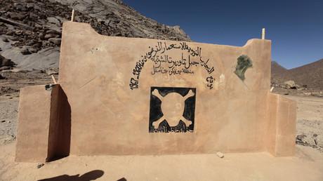 In Ecker, près d'Ain Meguel, à environ 170 km de la ville de Tamanrasset, dans le sud de l'Algérie, le 25 février 2010. Sur ce mur est écrit :
