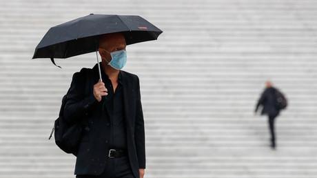 Un homme portant un masque dans le quartier d'affaires de la Défense (image d'illustration).