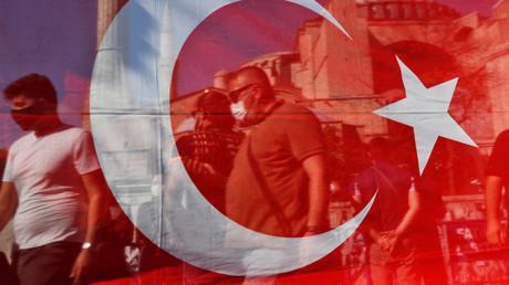 Vue du drapeau turc le 10 juillet près de Sainte-Sophie à Istanbul (image d'illustration).