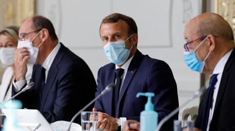 Le président français Emmanuel Macron préside une réunion hebdomadaire du cabinet avec le Premier ministre Jean Castex et le ministre des Affaires étrangères Jean-Yves le Drian, à l'Elysée à Paris, France le 26 août 2020.