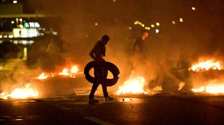 Des manifestants brûlent des pneus lors d'une émeute dans le quartier Rosengard de Malmö, Suède, le 28 août 2020.
