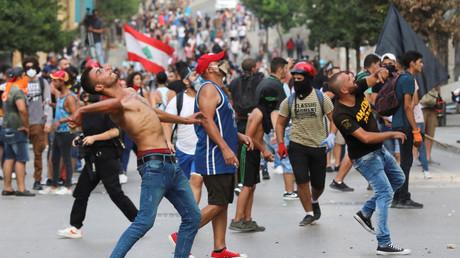 Des manifestants jettent des pierres lors de manifestations antigouvernementales à Beyrouth, au Liban, le 1er septembre 2020.