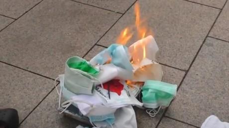 Bulgarie : des masques brûlés lors d'un rassemblement dans la capitale