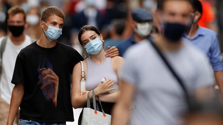 Des personnes portant un masque de protection respiratoire à Paris, en août 2020 (image d'illustration).