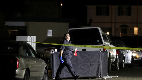 Un enquêteur de la police scientifique devant une bâche protégeant un corps, qui serait celui de Michael Forest Reinoehl, à Lacey, dans l'Etat de Washington, le 3 septembre 2020.