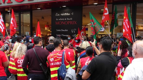 Les manifestants devant le supermarché le 5 septembre.