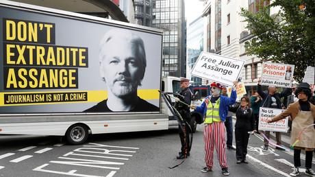 Procès Assange : pour Stéphanie Gibaud, lanceuse d'alerte, «c'est un dossier politique»