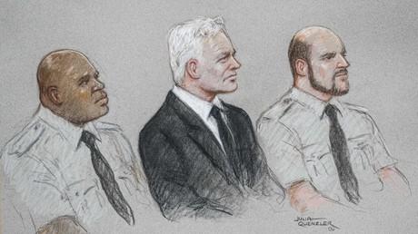 Portrait de Julian Assange entouré de deux policiers lors de son procès le 8 septembre.