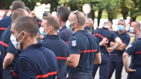 Manifestation de pompiers à Etampes pour réclamer la sécurisation des soldats du feu lors de leurs interventions, le 24 juillet (image d'illustration).