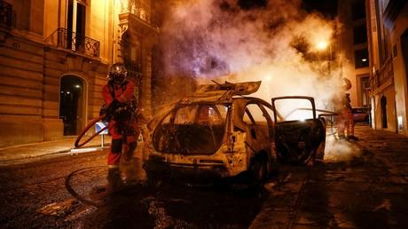 Un pompier éteint l'incendie d'une voiture près des Champs-Elysées à Paris, le soir du 23 août 2020, après la défaite du Paris Saint-Germain en finale de la Ligue des Champions (image d'illustration).