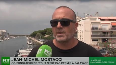 Jean-Michel Mostacci, cofondateur du collectif «Tout n'est pas parmis à Palavas», s'exprime le 10 août 2020 au micro de RT France, après l'organisation d'une manifestation contre la délinquance et les incivilités dans la ville de Palavas-les-flots.