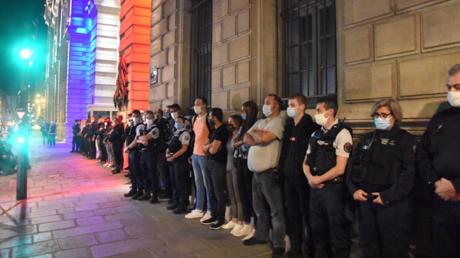 Une cinquantaine de policiers nationaux se sont réunis devant la préfecture de police de Paris dans la nuit du 9 au 10 septembre.