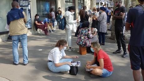 Des personnes attendent de se faire dépister pour le Covid-19 à Paris, le 11 septembre 2020 (image d'illustration).