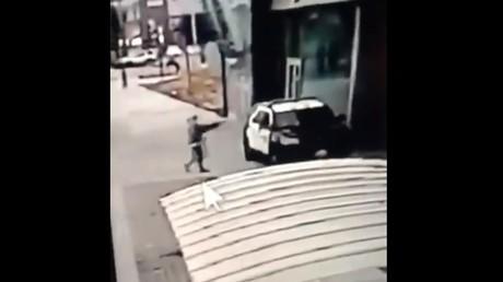 Un individu tire sur une voiture de police à Los Angeles, le 12septembre 2020.