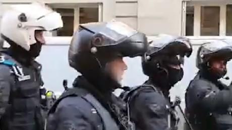 Une équipe de la Brav applaudie par des riverains lors de son passage dans une rue de Paris.