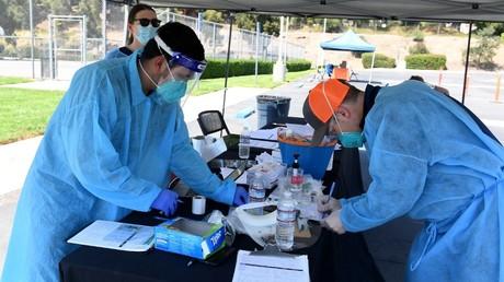 Des employés de Mend Urgent Care effectuent des tests de dépistage du Covid-19, le 24 août 2020, à Burbank, aux Etats-Unis (image d'illustration).