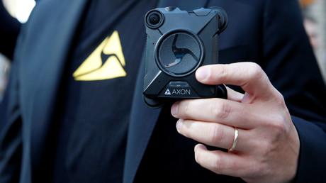 Le vice-président d'Axon tient dans sa main la caméra développée par le groupe autrefois connu sous le nom de Taser International, New York, 5 avril 2017 (image d'illustration).