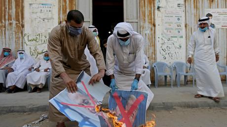 Le 12 septembre 2020 dans le centre de Gaza, des Palestiniens brûlent des portraits en signe de protestations après l'annonce de l'accord de normalisation entre Israël et le Bahreïn.