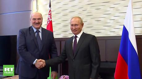 Vladimir Poutine accueille Alexandre Loukachenko dans sa résidence à Sotchi