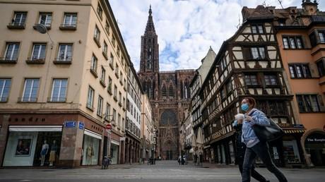 Passants masqués à Strasbourg en mars dernier (image d'illustration).